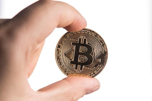 Ein mann mit einem silbernen bitcoin