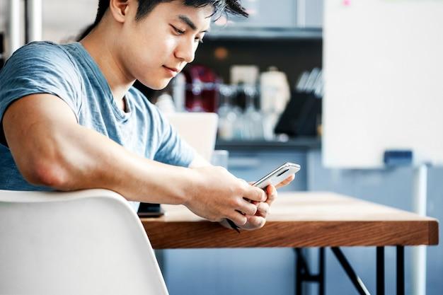 Ein mann mit einem smartphone in einem café
