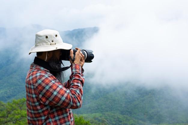 Ein mann mit einer kamera weltfotografentag.