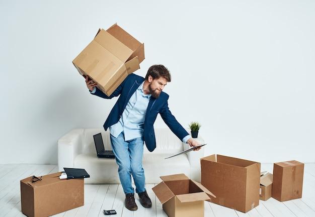 Ein mann mit einer schachtel voller dinge, die einen neuen büro-lifestyle-beamten auspacken