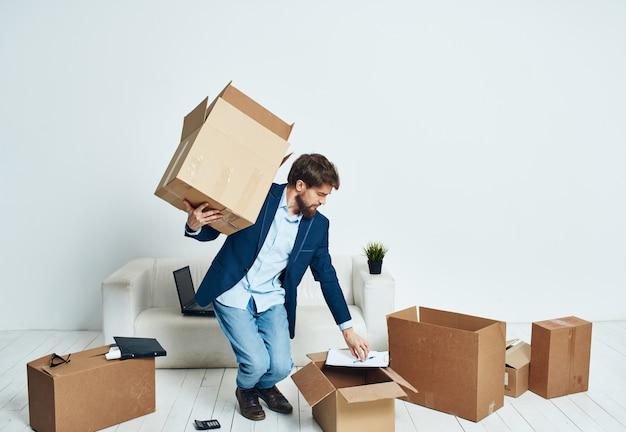 Ein mann mit einer schachtel voller dinge, die einen neuen büro-lifestyle-beamten auspacken.