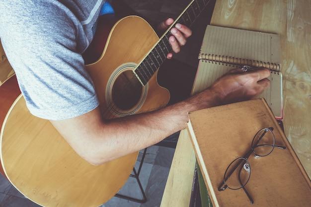 Ein mann mit gitarre komponieren