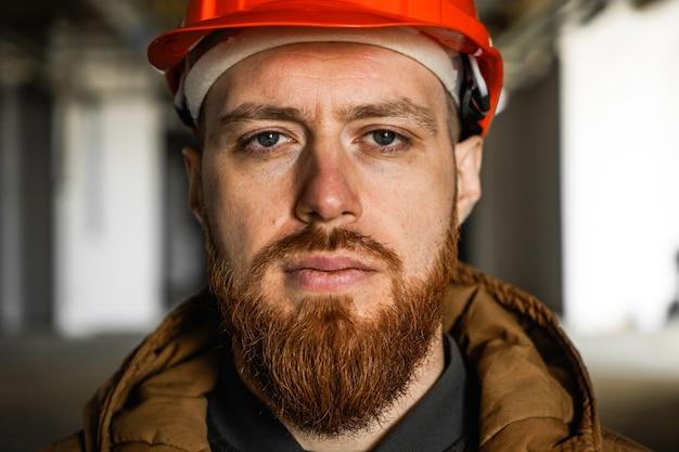 Ein mann mit helm schaut in den rahmen