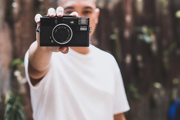 Ein mann mit klassischer kamera bandung indonesien august 2021