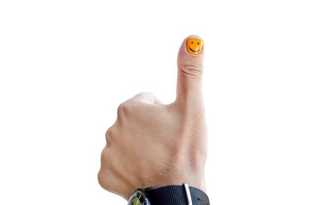 Ein mann mit lackierten nägeln. design von männlichen nägeln. männer maniküre isoliert auf weißem hintergrund. daumen hoch geste auf weißem hintergrund