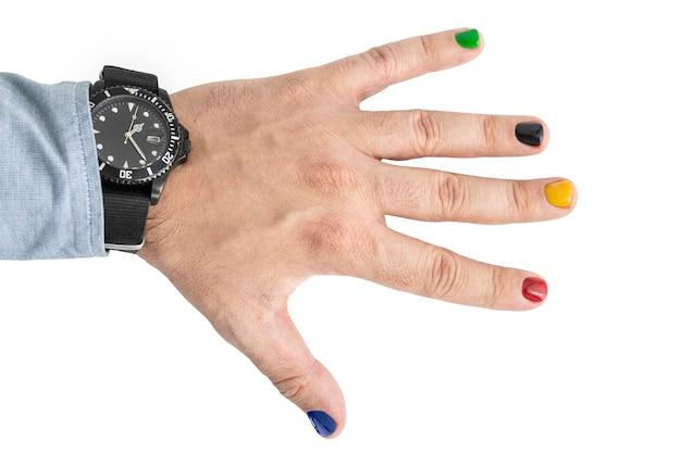 Ein mann mit lackierten nägeln. design von männlichen nägeln. männer maniküre isoliert auf weißem hintergrund.