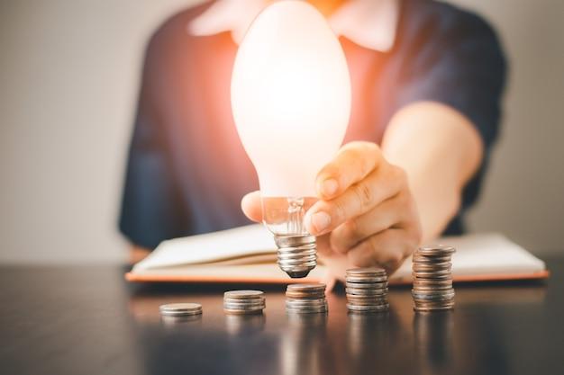 Ein mann mit münzgeld sparen und investitionswachstum geschäft, erfolg