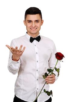 Ein mann mit roter rose in den händen. valentinstag