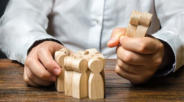 Ein mann nimmt eine figur von menschen aus der menge. mitarbeiter anheuern. marktsegmentierung