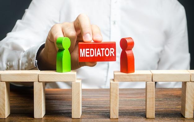 Ein mann nimmt kontakt zwischen menschen gegnern auf. schiedsrichter und mediator.