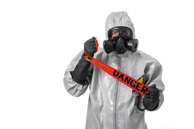 Ein mann posiert in einem schutzanzug mit kapuze