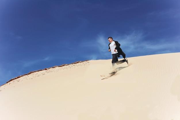 Ein mann rennt schnell in den sand