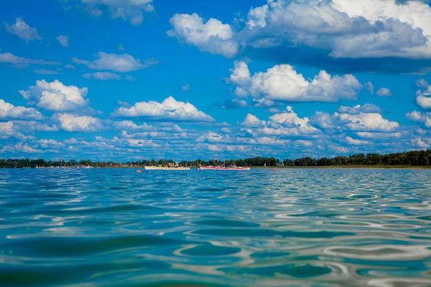 Ein mann rudert kajakboot im meer
