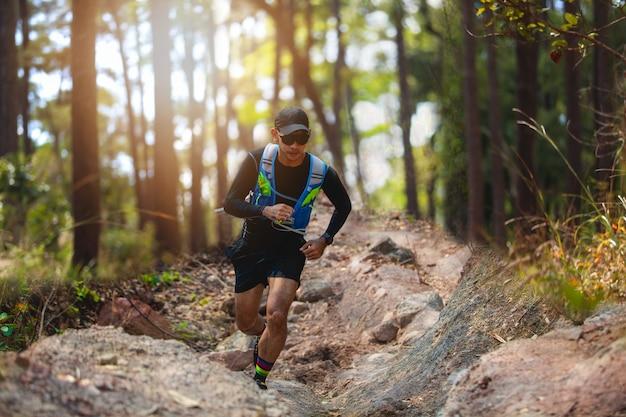 Ein mann runner of trail. und sportlerfüße mit sportschuhen für trailrunning im wald