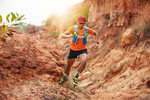 Ein mann runner of trail. und sportlerfüße mit sportschuhen für trailrunning in den bergen