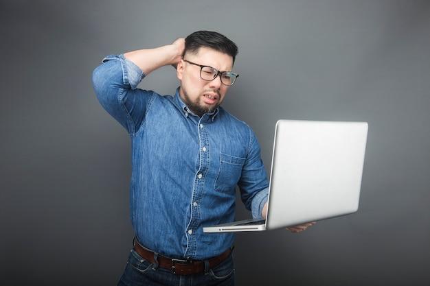 Ein mann sah überrascht auf den computer.