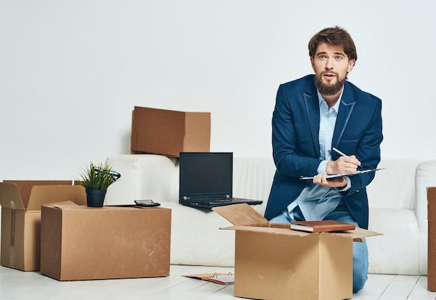 Ein mann sammelt dinge in einer feuerkiste, die in ein büro zieht