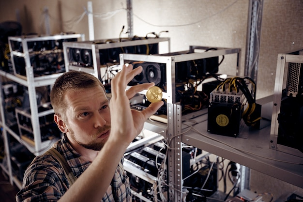 Ein mann schaut auf die goldmünze im licht
