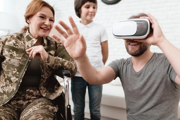Ein mann schaut in gläser der virtuellen realität.