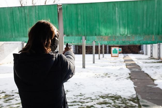 Ein mann schießt mit einem schuss auf ein ziel