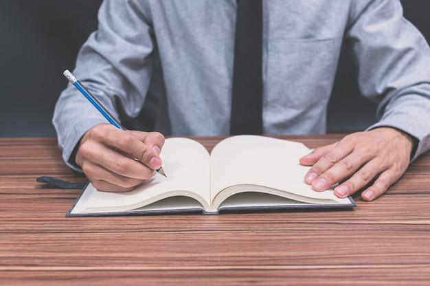 Ein mann schreibt an seinem schreibtisch