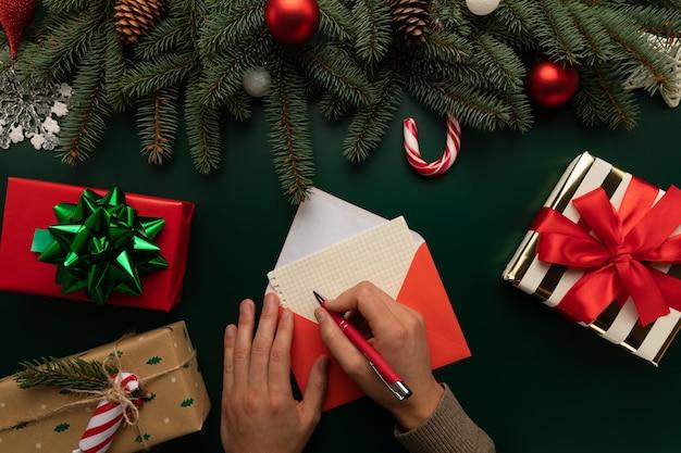 Ein mann schreibt einen brief an den weihnachtsmann