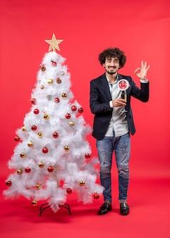 Ein mann steht neben dem weihnachtsbaum