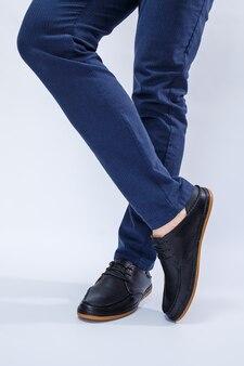 Ein mann trägt klassische schwarze schuhe aus naturleder auf spitzenschuhen für männer im geschäft