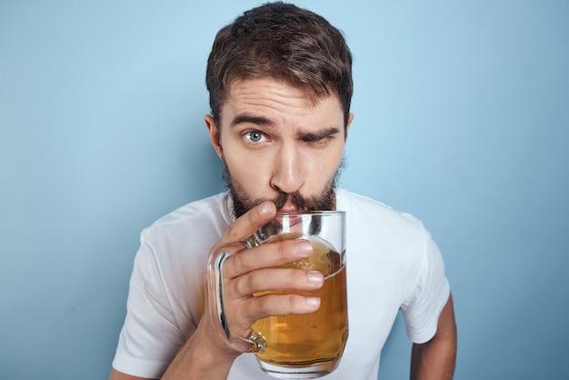 Ein mann trinkt bier aus einem glas