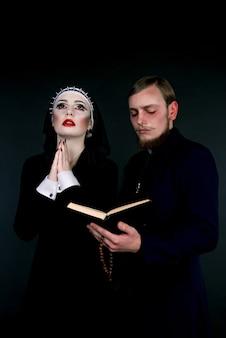 Ein mann und eine frau als geistliche verkleidet
