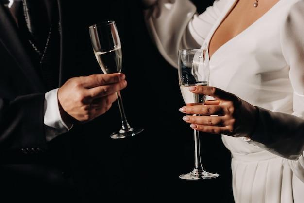 Ein mann und eine frau halten champagnergläser in der nähe.