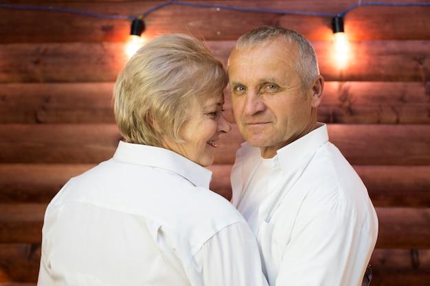 Ein mann und eine frau im alter umarmen sich