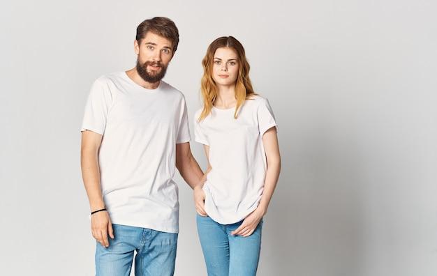 Ein mann und eine frau in jeans und einem t-shirt gestikulieren