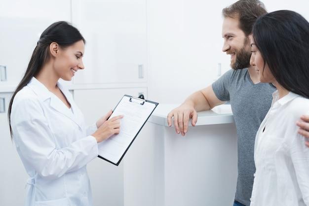 Ein mann und eine frau kamen zu einem zahnarzt.
