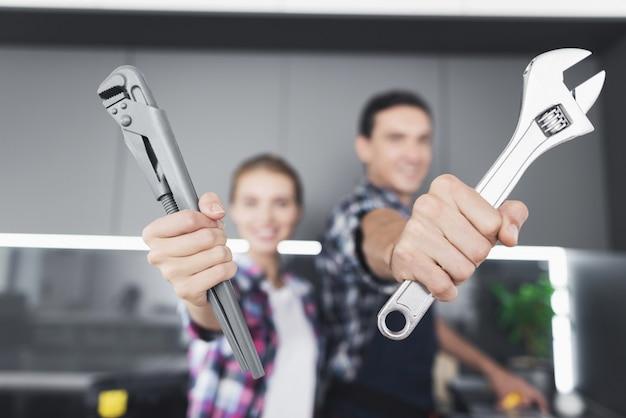 Ein mann und eine frau klempner werden in der küche betrogen