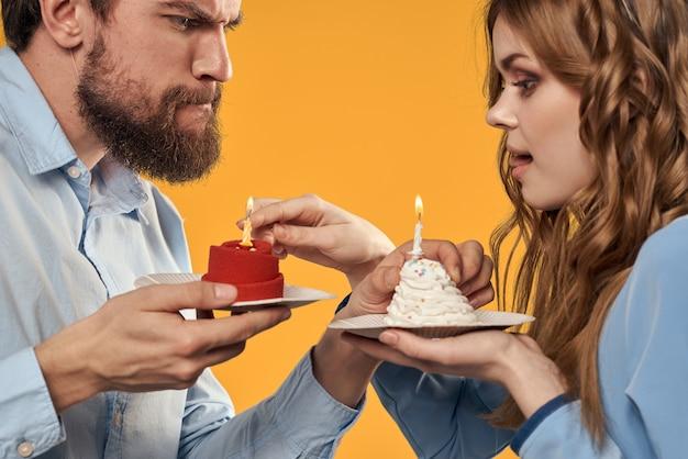 Ein mann und eine frau mit einem cupcake und einer kerze