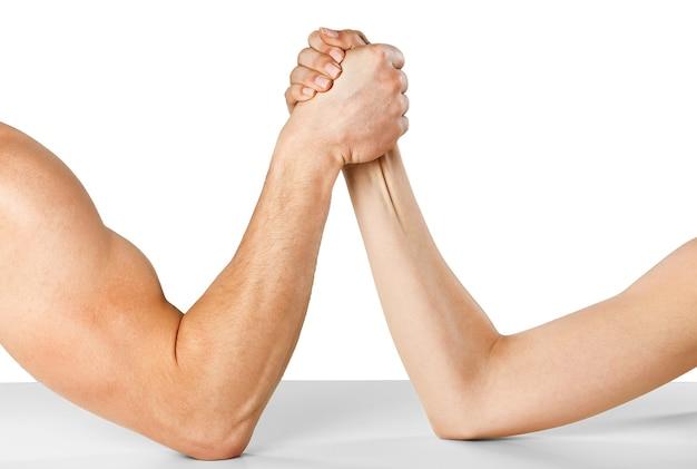 Ein mann und eine frau mit gefalteten händen beim armdrücken isoliert