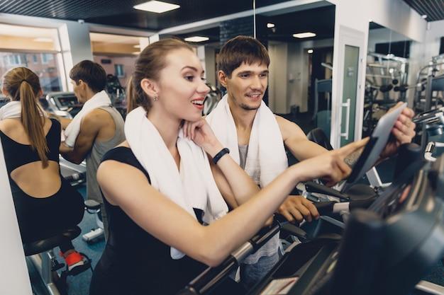 Ein mann und eine frau schauen sich ein trainingsvideo an.