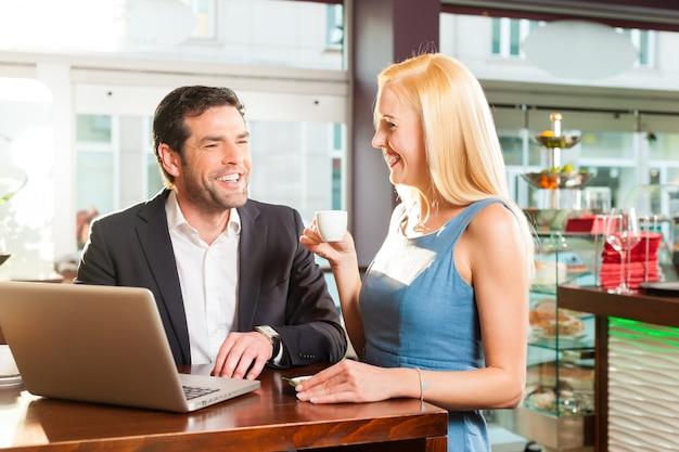 Ein mann und eine frau sitzen im café