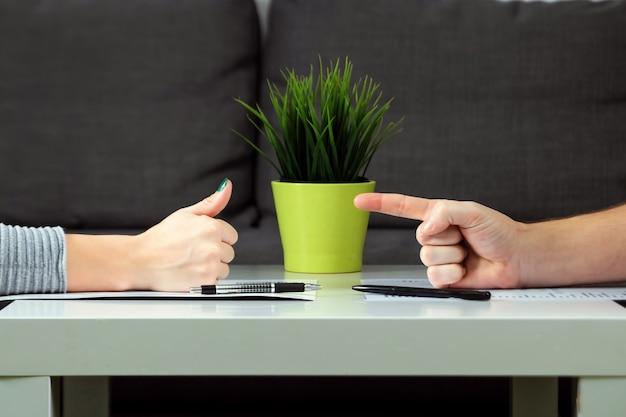 Ein mann und eine frau unterzeichnen einen scheidungsvertrag