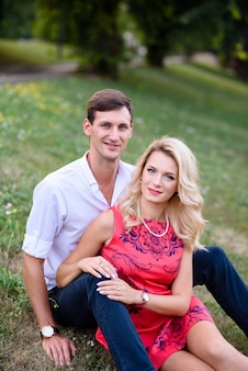 Ein mann und eine verliebte frau gehen in den park und umarmen sich.