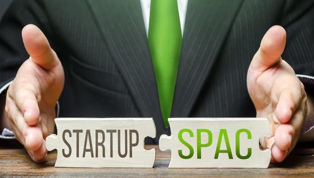 Ein mann verbindet rätsel mit den worten startup und spac vereinfachter börsengang