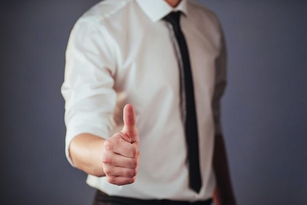 Ein mann vorbei mit biometrischen fingerabdruck