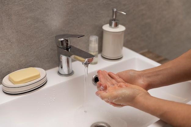 Ein mann wäscht sich wegen einer epidemie gründlich die hände.
