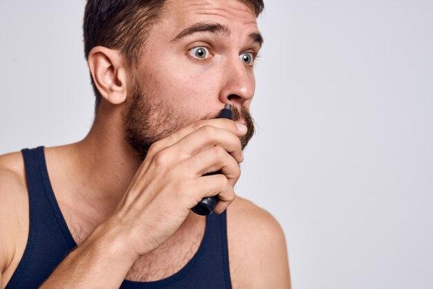 Ein mann zu hause, der porträt rasiert