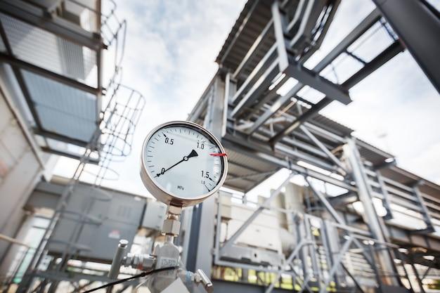 Ein manometer oder eine druckanzeige, die den nulldruck in der gas- und ölraffinerieindustrie anzeigt.