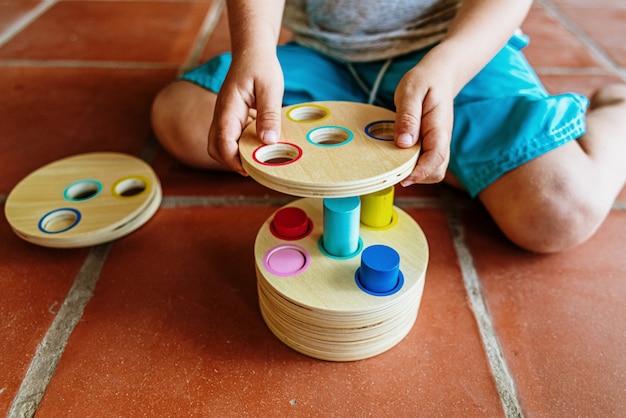 Ein material der montessori-pädagogik, ein neuer unterrichtsstil für kinder in schulen auf der ganzen welt