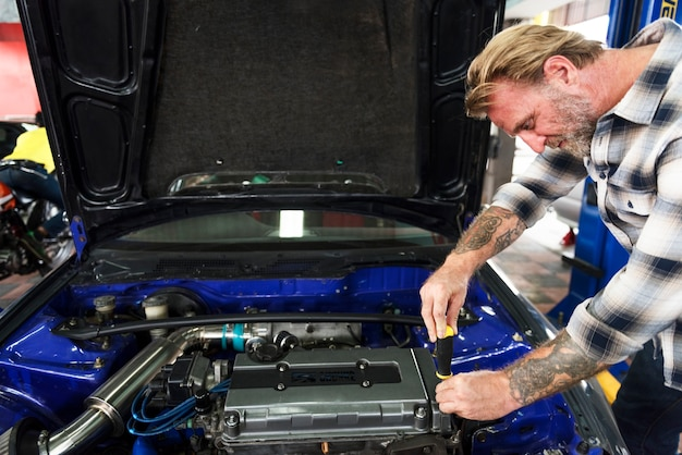 Ein mechaniker, der ein auto repariert