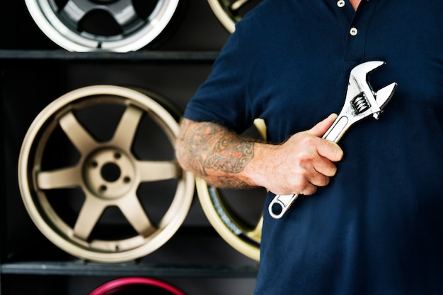 Ein mechaniker, der einen schlüssel hält