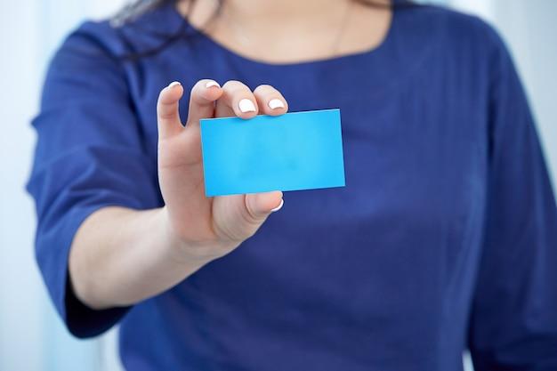 Ein medizinischer mitarbeiter hält eine visitenkartennahaufnahme mit einem platz zum kopieren des textes